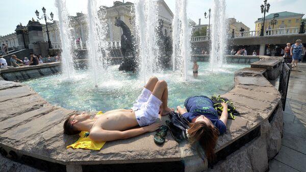 Горожане отдыхают на Манежной площади в Москве