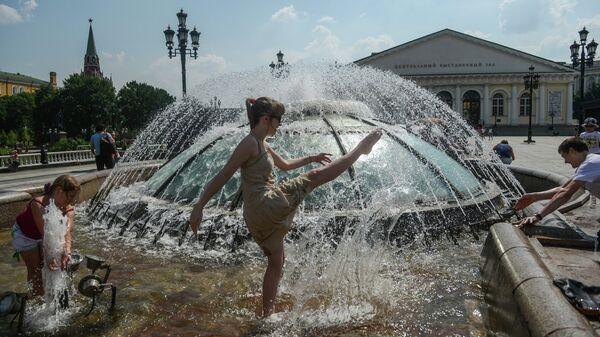 Горожане купаются в фонтане на Манежной площади в Москве
