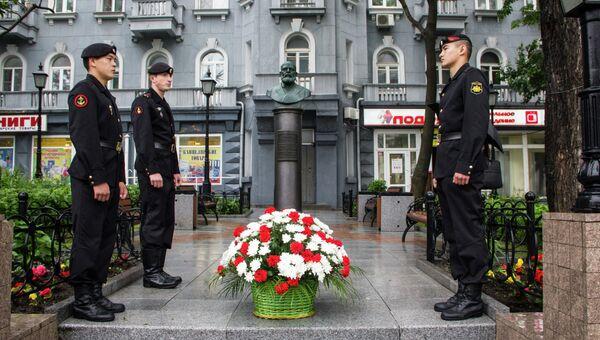 Возложение цветов к бюсту первому гражданскому старосте Якову Семёнову во Владивостоке