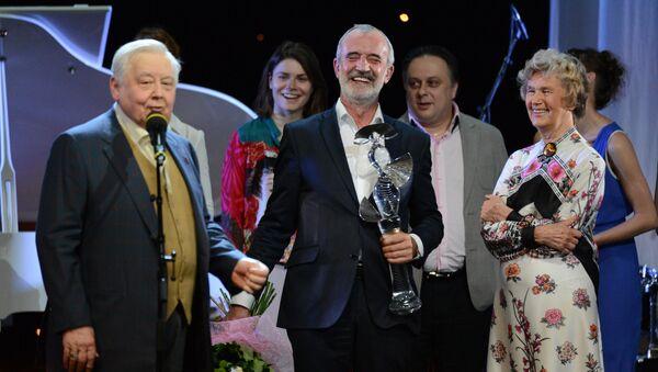 Актер и режиссер Олег Табаков (слева) и режиссер Римас Туминас на церемонии вручения Первой театральной премии Хрустальная Турандот