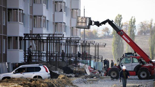 Новый высотный дом в микрорайоне Надежда города Крымска, где идет строительство жилья для пострадавших от наводнения