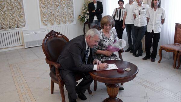 Супруги Станислав и Наталия Лыковы из Владивостока отпраздновали рубиновую свадьбу в преддверии Дня семьи