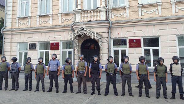 Сотрудники полиции охраняют мэрию Пугачева от митингующих. Архивное фото