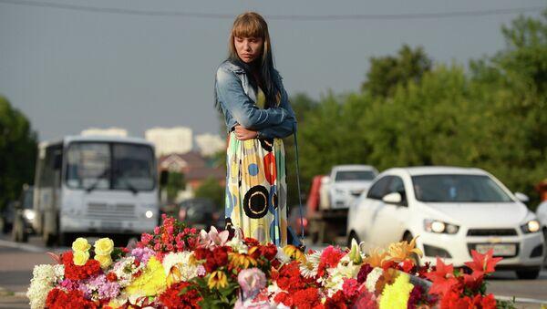 Люди несут цветы на место крупного ДТП под Подольском