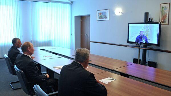 Президент России Владимир Путин во время видеоконференции с буровой платформой Орлан