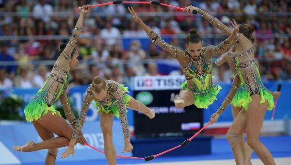 Российские гимнастки выполняют групповые упражнения с булавами. Архивное фото