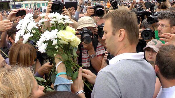 Навального в Москве встречали бойцы ОМОНа и сторонники с цветами