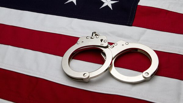 Наручники на флаге США, архивное фото