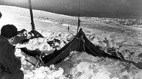 Палатка группы Игоря Дятлова. Фото спасателя Вадима Брусницына (26 или 28 февраля 1959 г.) Слева — поисковик Юрий Коптёлов. Архивное фото
