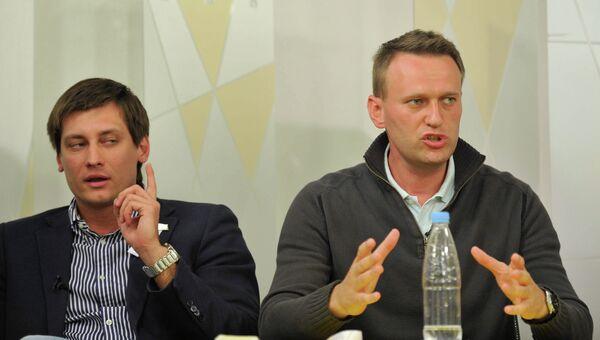 Депутат Государственной Думы РФ Дмитрий Гудков и блогер Алексей Навальный. Архив