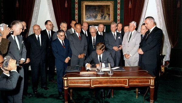 Подписание договора о запрете на испытания ядерного оружия в трех средах. 5 августа 1963 года.