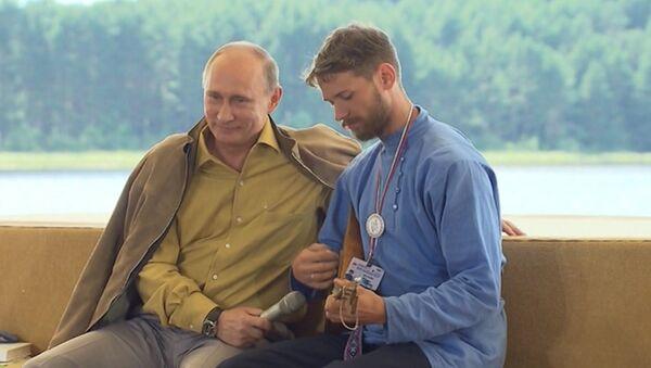 Казак на Селигере спел частушку про Путина и сыграл на балалайке