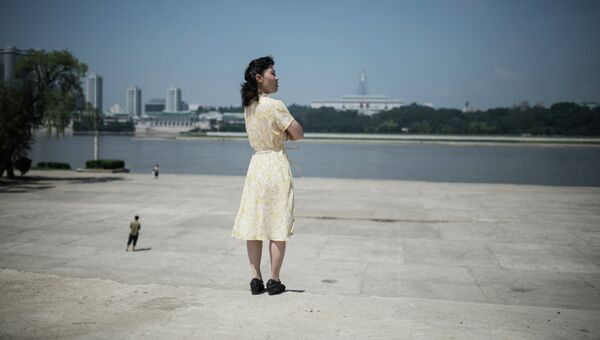 Женщина в центре города Пхеньяна. Архивное фото.