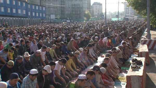 Тысячи мусульман в Москве совершили намаз на улице в праздник Ураза-байрам