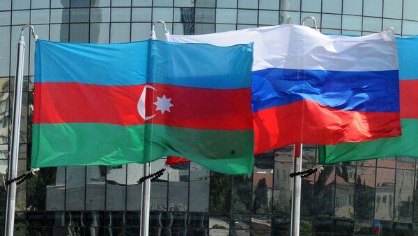 Национальные флаги России и Азербайджана