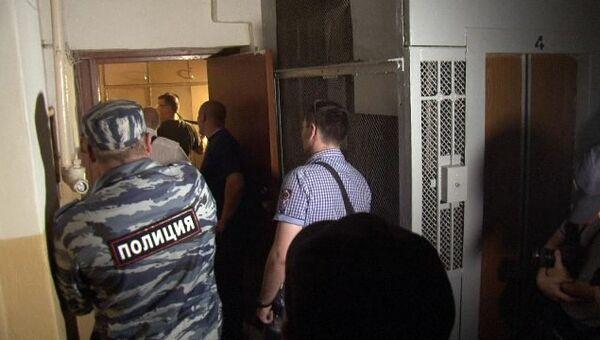 Силовики взломали дверь квартиры в Москве в поисках незаконных агитматериалов