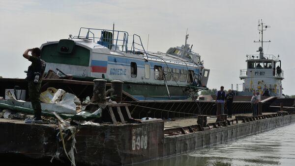 Работы по подъему потерпевшего крушение теплохода на реке Иртыш. Архивное фото
