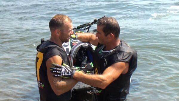 Чемпион мира по аквабайку обнял Железного человека и погрыз медаль