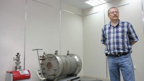 Ведущий научный сотрудник новосибирской лаборатории Алексей Бузулуцков демонстрирует прототип детектора темной материи