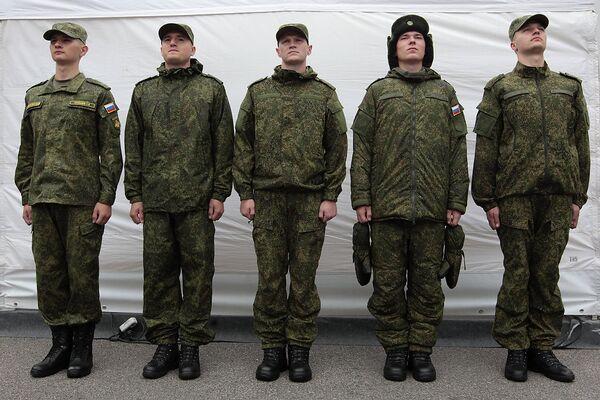 Солдаты-срочники демонстрируют образцы новой военной полевой формы.