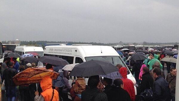 Гости авиасалона МАКС штурмовали маршрутки под проливным дождем