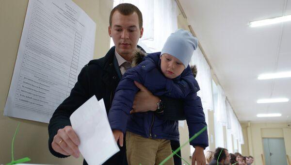 Голосование кандидата в мэры Москвы от ЛДПР Михаила Дегтярева.