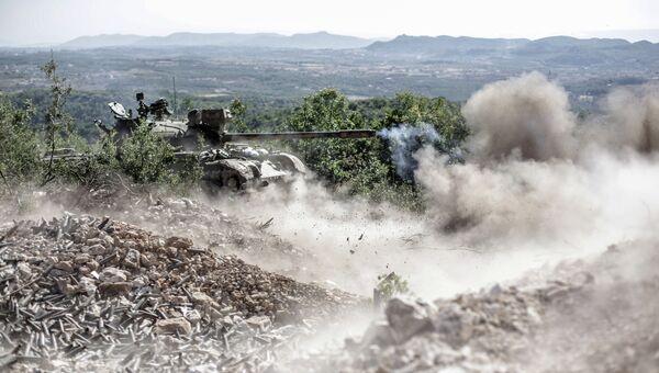 Танк правительственных войск ведет огонь по позициям боевиков в Сирии. Архивное фото