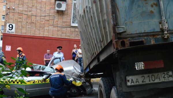 Авария с участием большегруза в центре Владивостока