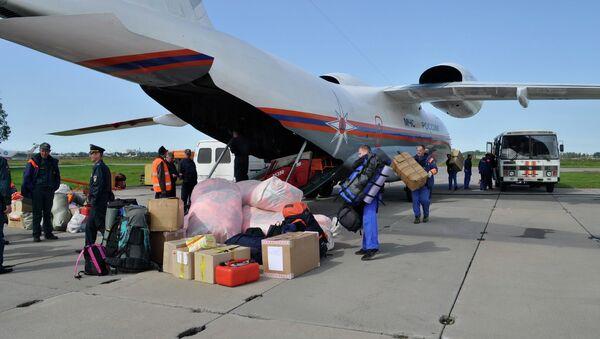 Отправка гуманитарного груза и спасателей, архивное фото