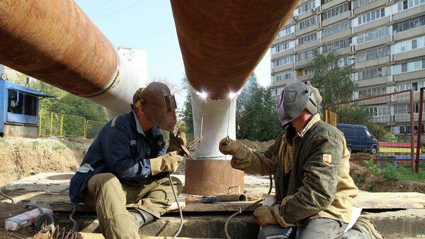 Замена труб на теплотрассе в рамках подготовки к зимнему отопительному сезону в Москве