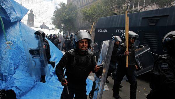 Беспорядки при разгоне акции протеста преподавателей в Мехико. Фото с места событий