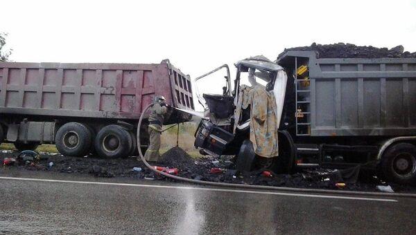 Водитель погиб в горящем грузовике на трассе под Новосибирском. Фото с места события.