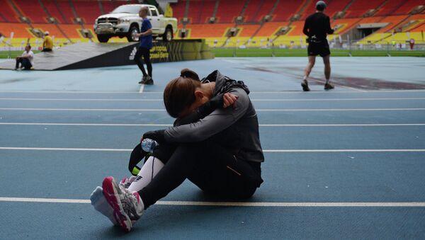 Участница Московского марафона после финиша в Лужниках