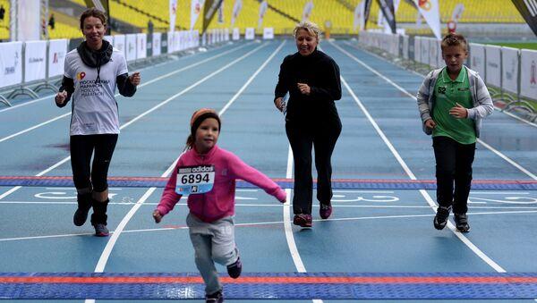 Участники Московского марафона финишируют на отметке 10 километров