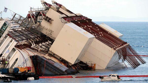 Операция по подъему круизного лайнера Costa Concordia. Архивное фото