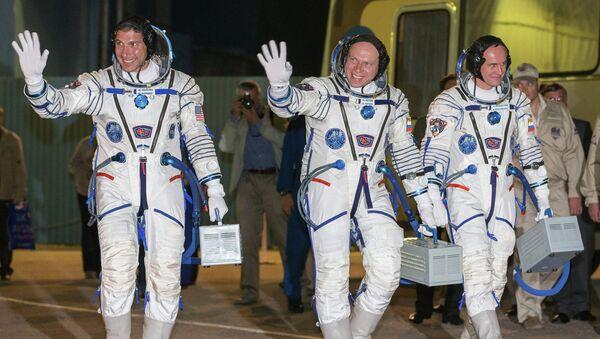 Члены экипажа корабля Союз ТМА-10М Майкл Хопкинс, Олег Котов и Сергей Рязанский. Архивное фото