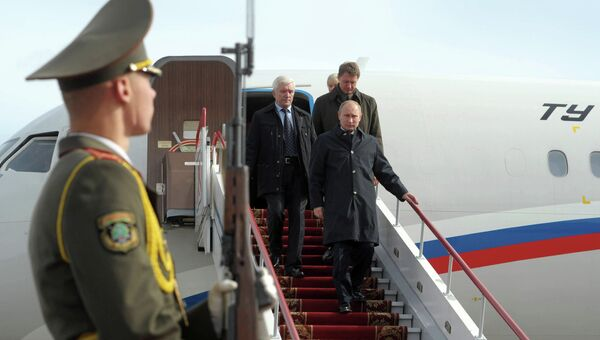Президент России Владимир Путин (в центре) в аэропорту Гродно. Фото с места события