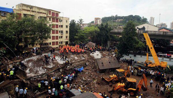 Спасатели работают на месте рухнувшего здания в Мумбаи