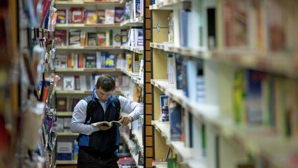 Покупатель в книжном магазине. Архивное фото