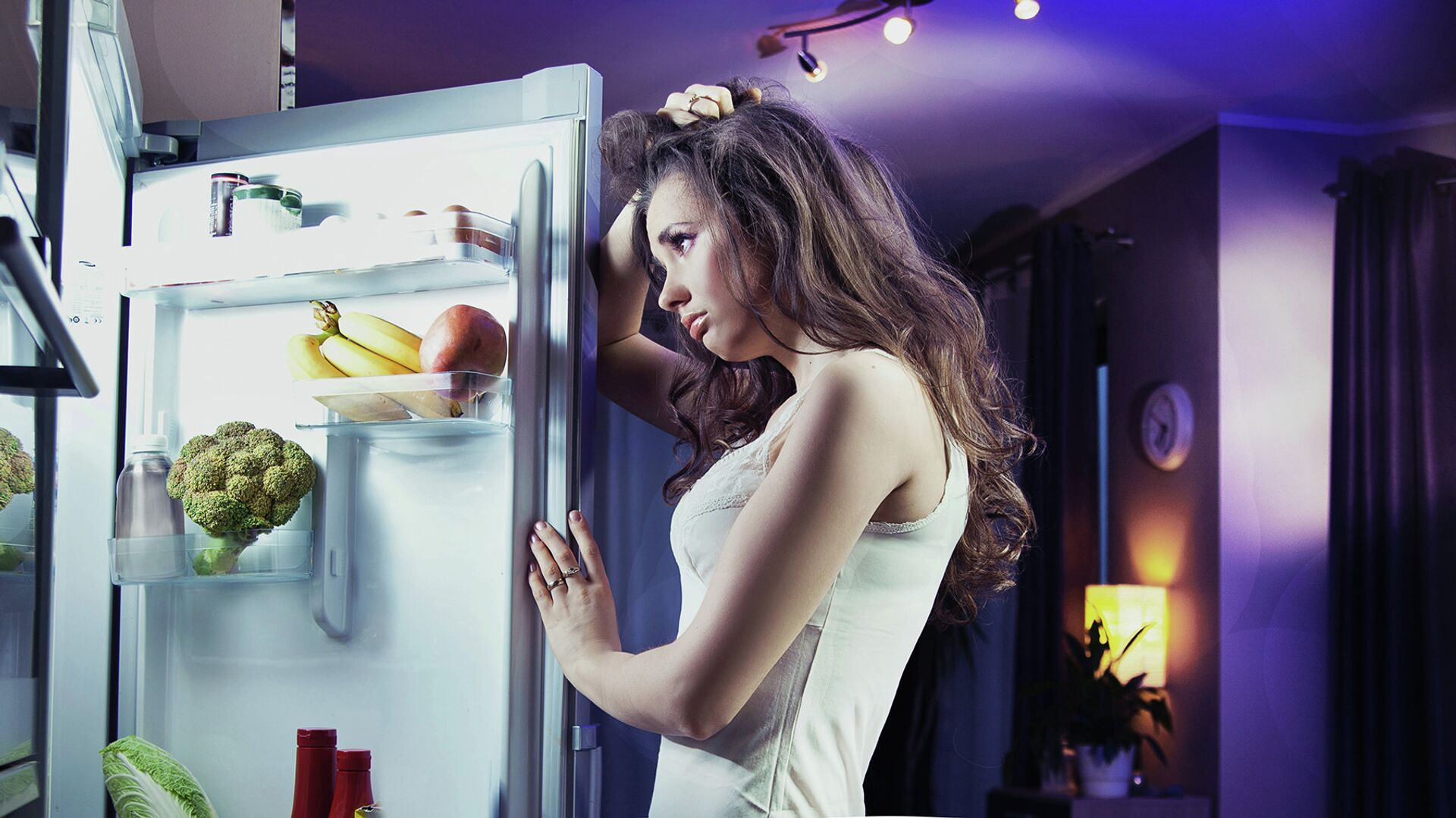 Девушка заглядывает в холодильник - РИА Новости, 1920, 25.09.2020
