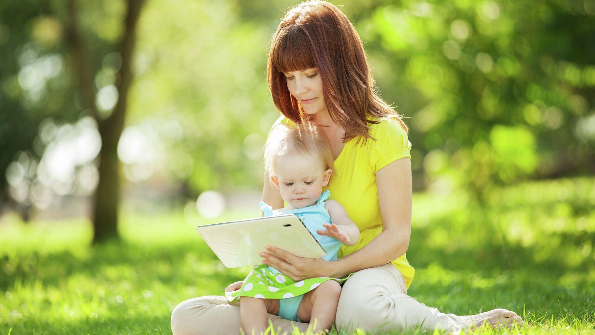 Женщина показывает ребенку видео на планшете - РИА Новости, 1920, 09.08.2020