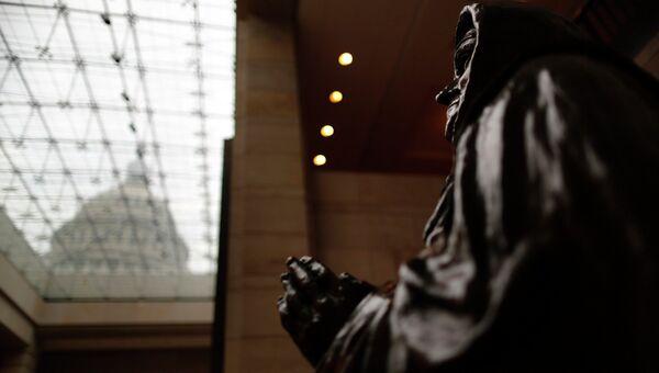 Статуя в здании Капитолия в Вашингтоне