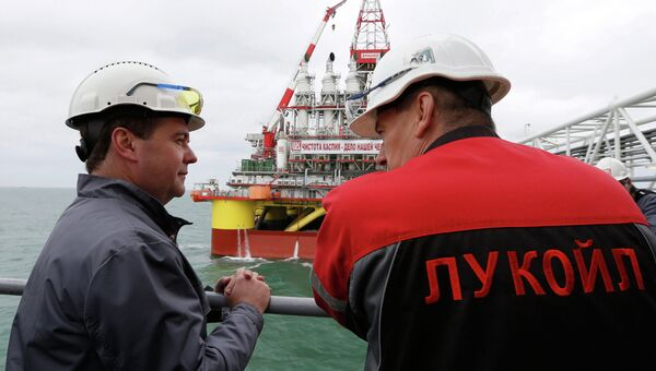 Председатель правительства РФ Дмитрий Медведев во время осмотра морской ледостойкой стационарной платформы имени Ю. Корчагина, фото с места события