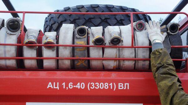 Пожарные рукава, установленные на пожарной машине МЧС России