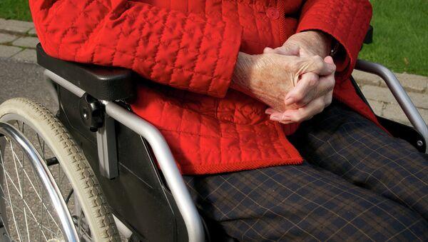 Пожилая женщина в инвалидной коляске. Архивное фото