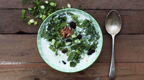 Холодный суп с кишмишем и грецкими орехами