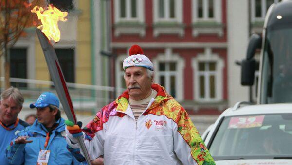 Актер Владимир Зельдин во время эстафеты Олимпийского огня в Москве