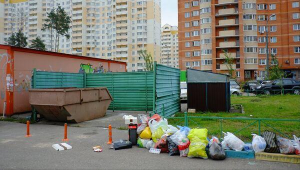 Мусорный контейнер, в котором были обнаружены тела пяти недоношенных младенцев, в микрорайоне Салтыковка в Балашихе, фото с места события