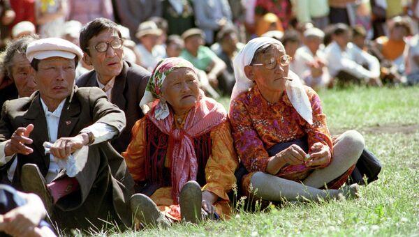 Зрители на якутском традиционном празднике Ысыах. Архивное фото