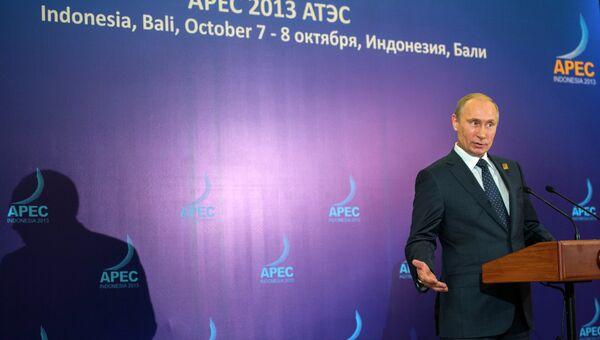 Президент России Владимир Путин отвечает на вопросы журналистов на пресс-конференции по итогам саммита АТЭС